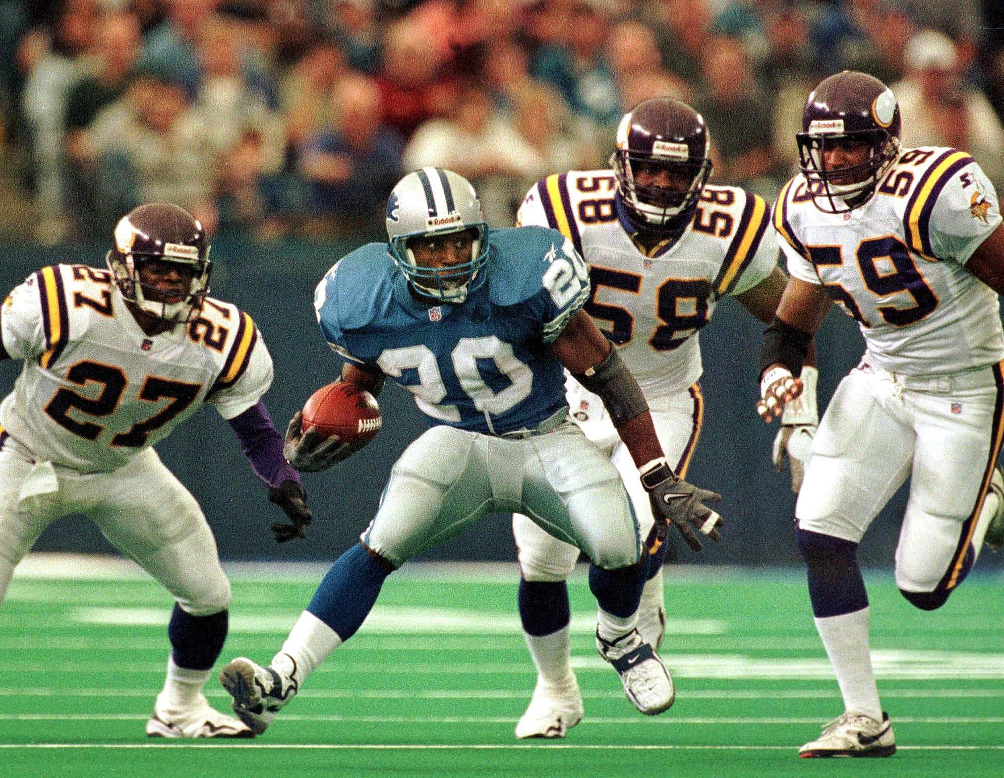 Detroit Lions running back Barry Sanders (2ndL) tr