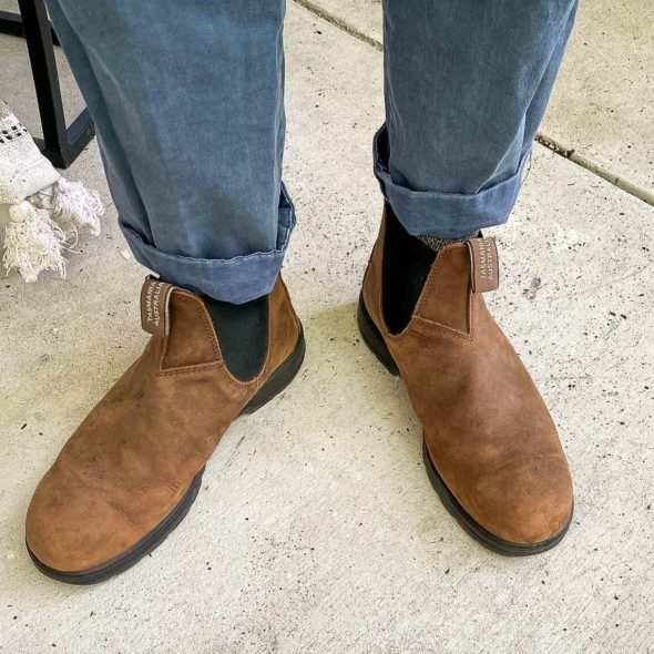 Blundstone classic 550s with navy chinos front view